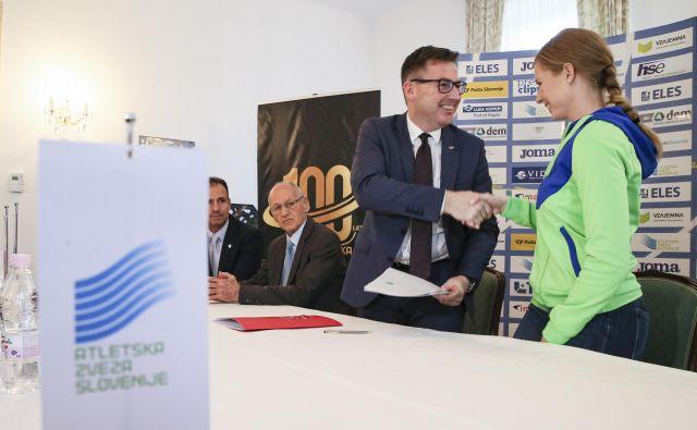 Predsednik AZS Roman Dobnikar med podpisovanjem pogodb. FOTO: Jože Suhadolnik