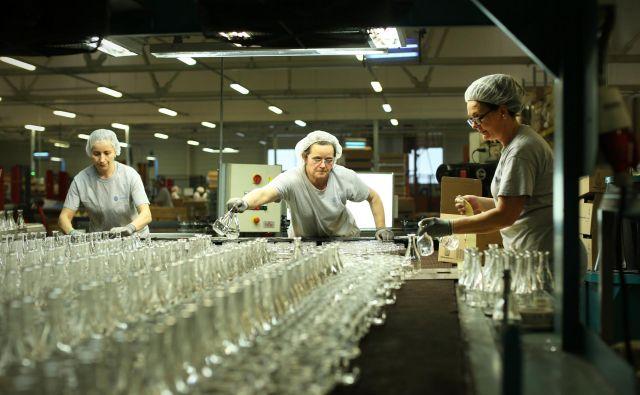 Steklarna Hrastnik je lani ustvarila 67,5 milijona evrov prihodkov, kar je pet odstotkov več kot leta 2018. Čisti dobiček družbe po slabitvah zaradi investicij pa je znašal 7,4 milijona evrov. Foto Jure Eržen