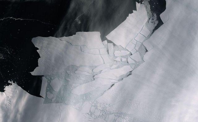 Od ledenika Pine Island se je odtrgala okoli 300 km2 velika ledena ploskev, ki pa je nato razpadla na manjše kose. FOTO: Copernicus Sentinel data (2020), ESA