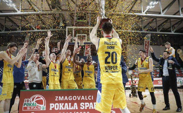 Ko je njihov kapetan Alen Hodžić visoko dvignil pokalno trofejo, je med Koprčani zavladalo veliko navdušenje. FOTO: Uroš Hočevar