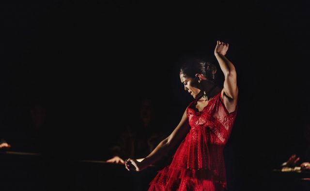 Patricia Guerrero, leta 2019 »plesalka v fokusu« nizozemskega flamenko bienala, je največja vzhajajoča zvezda flamenka. Po briljantnem nastopu v delu Don Kihot Andrésa Marína se z drugim solističnim projektom Distopija, ki ga bomo 18. februarja videli na odru CD, dokazuje kot ena največjih flamenko plesnih ustvarjalk svoje generacije, ves čas v iskanju novega jezika tega plesa. FOTO: Oscar Romero