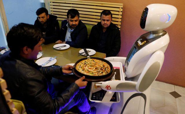 Medtem ko na Japonskem in Kitajskem roboti postajajo nekaj običajnega, to ne velja za v vojni opustošeni Afganistan. Po desetletjih vojne, v kateri je bila uničena večina infrastrukture v državi, robotska natakarica ponuja nekaj razvedrila. FOTO: Mohammad Ismail/Reuters