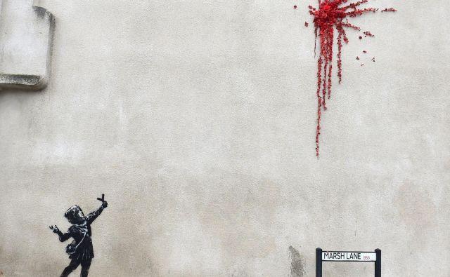 Banksyjeva izvirna napoved praznika zaljubljencev. FOTO: Rebecca Naden/Reuters