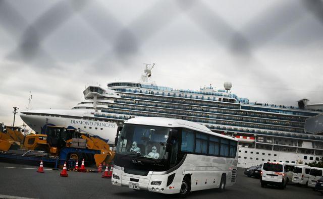 Vir v japonski vladi je po poročanju francoske tiskovne agencije <em>AFP</em> potrdil, da so z ladje premestili 11 potnikov, starejših od 80 let. FOTO: AFP