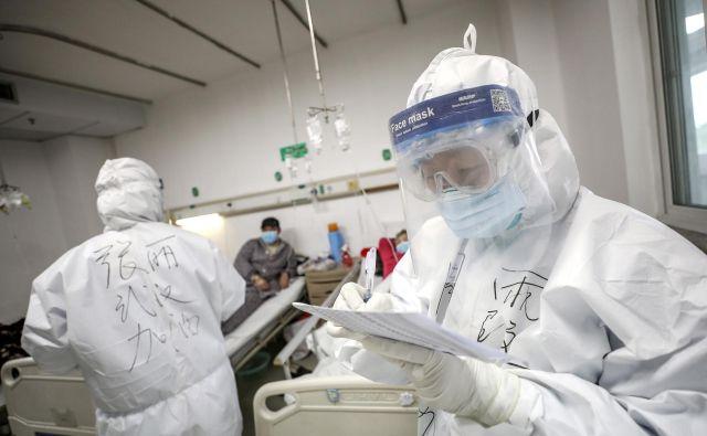 Na Kitajskem je z virusom okuženih 1716 medicinskih delavcev, od katerih jih je do prejšnjega torka šest umrlo. FOTO: Reuters