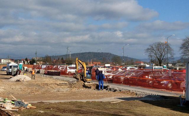 Večji del severnega parkirišča na Žalah je od novembra lani gradbišče. Foto: Aleš Stergar