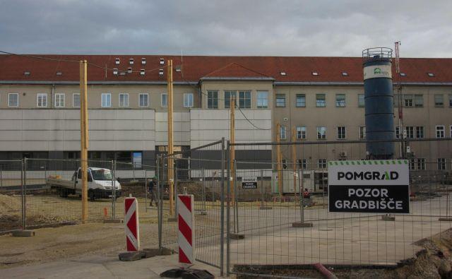 Gradbišče pri celjski bolnišnici ostaja odprto in deluje. FOTO: Špela Kuralt/Delo