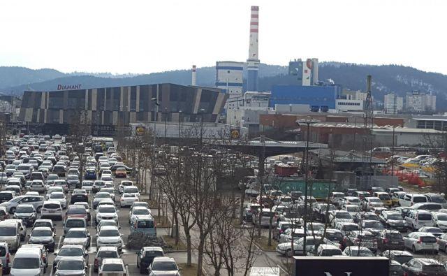 Kurjenje premoga in promet sta med največjimi onesnaževalci zraka. FOTO: Borut Tavčar/Delo