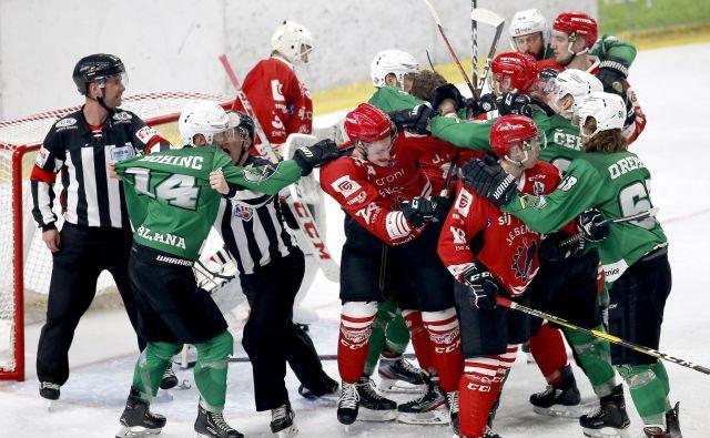 Ko bo slovenski hokej povsem zdrsnil na obrobje, bodo tudi pretepi prej gostilniški kot pravi fajterski. FOTO: Roman Šipić/Delo
