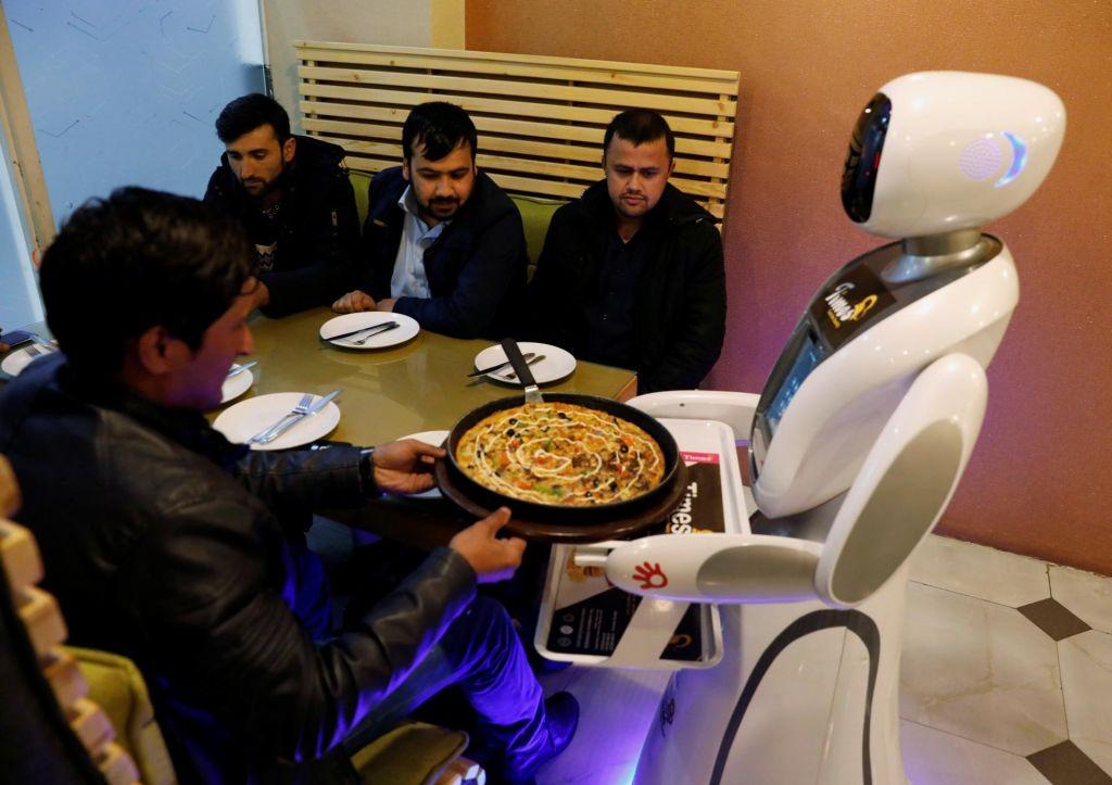 FOTO:Na kosilo k prvi robotski natakarici