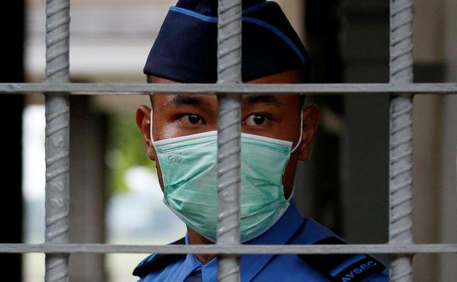 Kitajske zdravstvene oblasti so potrdile novih 143 smrtnih žrtev, za zdaj se je število ustavilo pri 1523, a je pričakovati, da bo še naraslo. FOTO: Willy Kurniawan/Reuters
