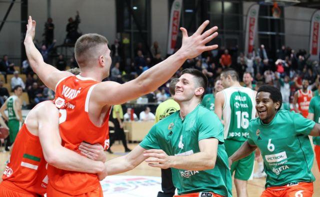 Edo Muriću so po zmagovitem košu skočili v objem vsi košarkarji Cedevite Olimpije. FOTO: Cedevita Olimpija