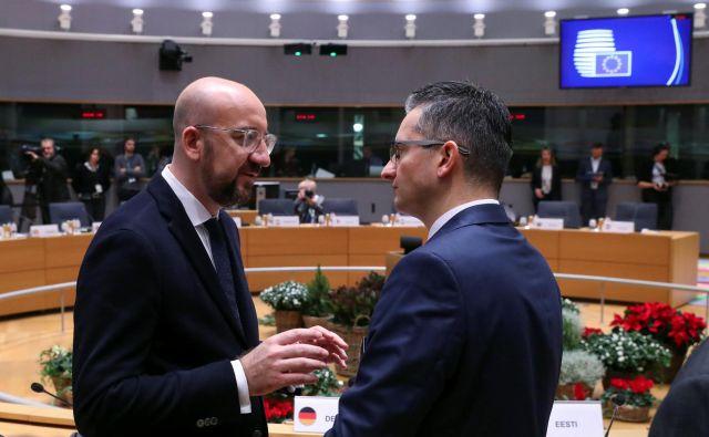 Predsednik evropskega sveta Charles Michel (levo) išče kompromis med članicami. Marjan Šarec je opozoril, da bi Slovenija pri zmanjšanju kohezije lahko bila med najbolj prizadetimi državami. Foto Reuters