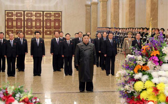 Kim Džong Un je obiskal mavzolej, kjer sta pokopana oče in dedek. FOTO: Kcna Via Reuters