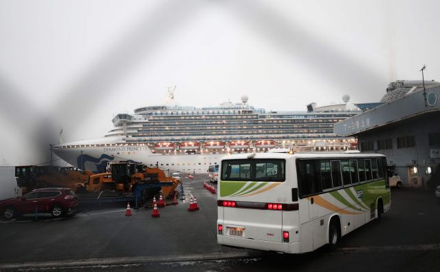 Ladja je zasidrana v pristanišču Yokohama že od 3. februarja. FOTO: Behrouz Mehri/Afp