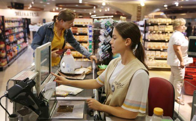 Mladi v trgovini opravljajo ahtevnejša dela. FOTO Leon Vidic/Delo
