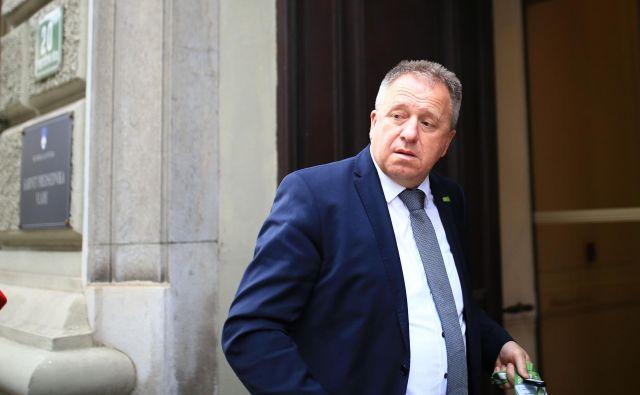 Prvak SMC Zdravko Počivalšek na vprašanje, ali še ima deset poslancev, odgovarja, da so enotni. FOTO: Tomi Lombar/Delo