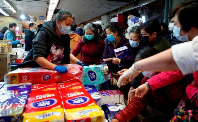 Ljudje se v trgovinah v Hong Kongu skoraj tepejo za toaletni papir. FOTO: Tyrone Siu/Reuters