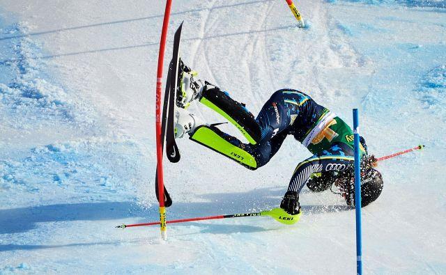 Padec švedske smučarke Anne Swenn Larsson tik pred ciljno črto med drugo vožnjo ženskega slaloma v Kranjski Gori. FOTO: Jure Makovec/Afp<br />