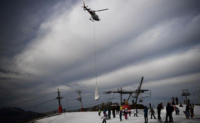 Na smučišče Luchon-Superbagneres v francoskih Pirenejih dovažajo sneg s helikopterjem z višjih območij. FOTO: Anne-Christine Poujoulat/AFP