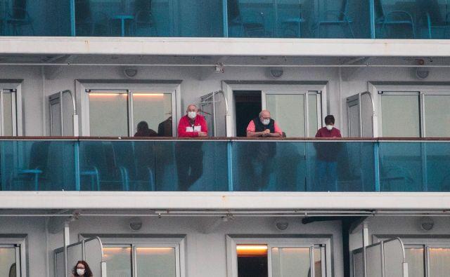 Zdravi potniki bodo ladjo Diamond Princess lahko zapustili 19. februarja. FOTO:Behrouz Mehri/AFP