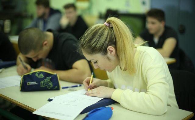 Dobri dijaki namreč niso nenehno tihi, poslušni in sklonjeni nad zapiske. So vedoželjni, izzivalni, prepolni hote ali nehote zamotanih poizvedovanj, ki segajo do skrajnega obzorja učiteljevega znanja in onkraj njega. FOTO: Jure Eržen/Delo