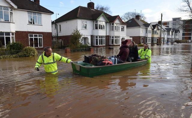 V Angliji je bilo poplavljenih več kot 400 domov, pri samem reševanju in odpravljanju posledic pa sodeluje več kot tisoč ljudi. FOTO: Oli Scarff/AFP