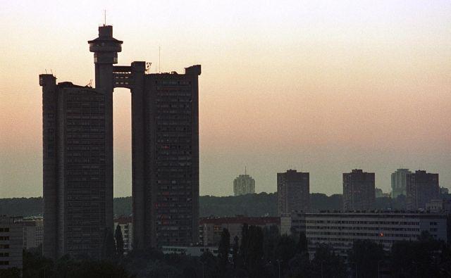 Stolpnica Genex na zahodnem vhodu v Beograd, tipičen primerek jugoslovanske brutalistične arhitekture, je bila v začetku 80. let menda najbolj pametna stavba na Balkanu, danes pa se je spomnijo samo, ko se v njej pokvari dvigalo. Foto Reuters