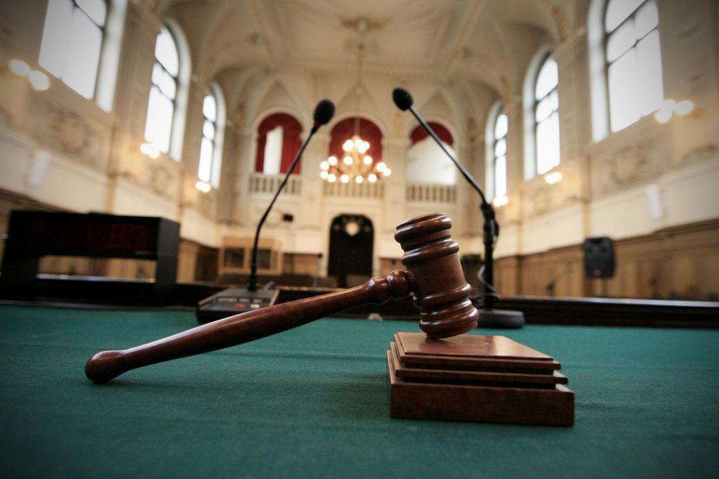 Reporter in zakonca Login se niso uspeli dogovoriti glede poravnave