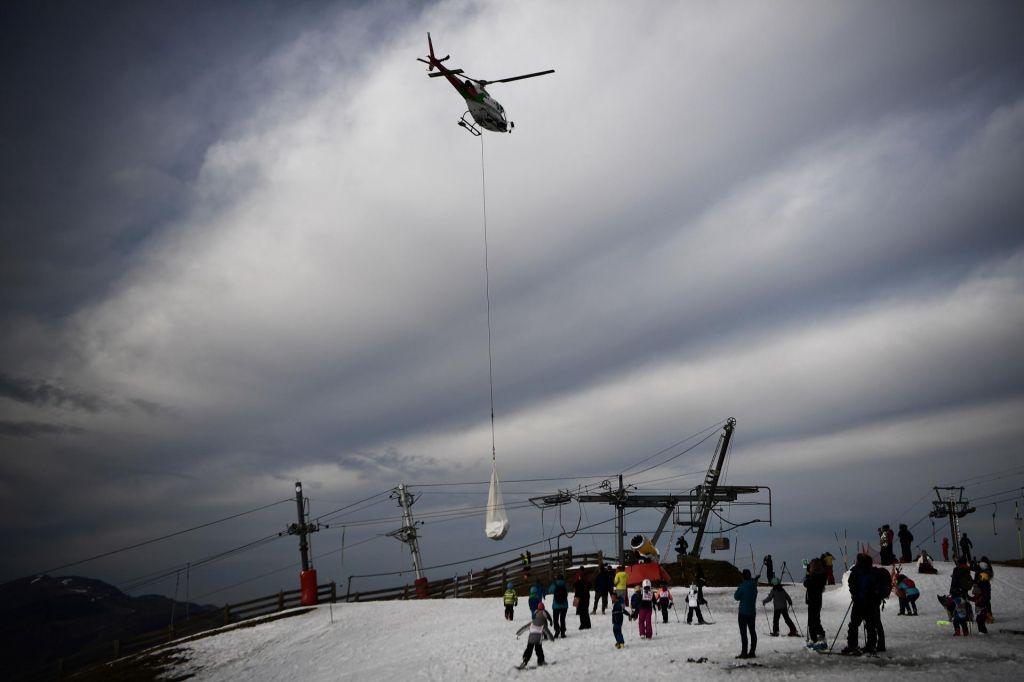 Na francosko smučišče sneg vozijo s helikopterjem