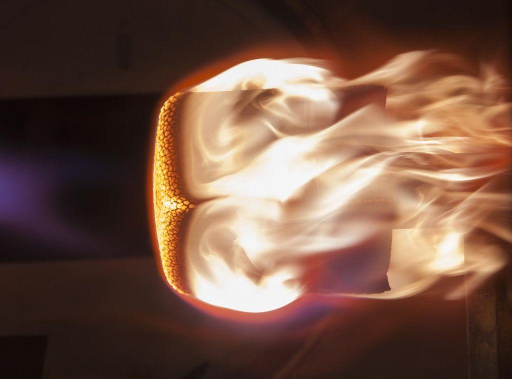 Plutovinast zamašek bo ognjena krogla