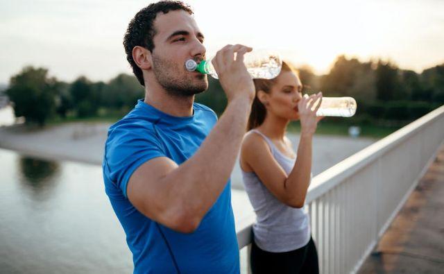 Priporočljivo je, da pri telesni aktivnosti, ki traja več kot eno uro, začnemo že prvo uro nadomeščati izgube. Foto: Shutterstock