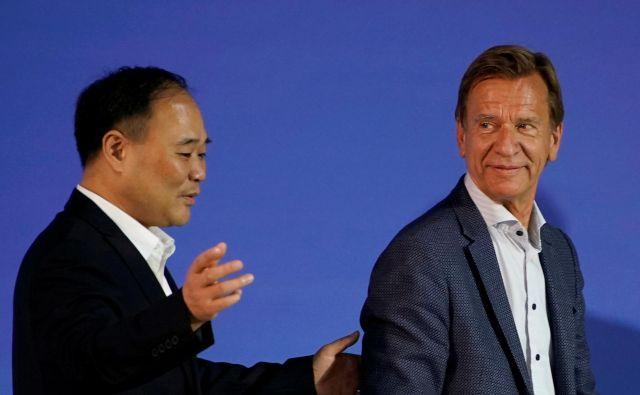 Li Shufu, prvi mož skupine Zhejiang Geely Holding, in Häkan Samuelsson, izvršni direktor avtomobilske družbe Volvo. FOTO: Reuters