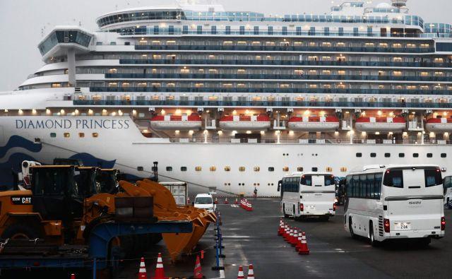 Japonske oblasti so testirale vse potnike, ni pa še izvidov. FOTO: Behrouz Mehri/AFP