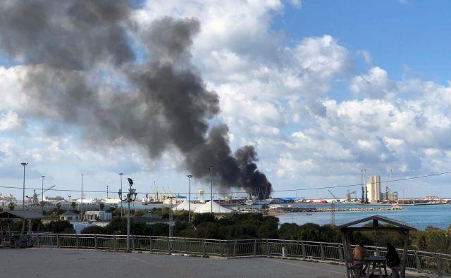 Dim iz zadete ladje v tripolijskem pristanišču.<br /> FOTO: Ahmed Elumami/Reuters