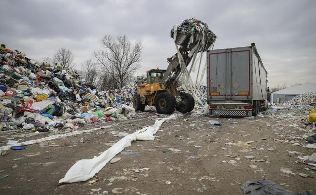 Količine odpadne embalaže na Barju rastejo iz dneva v dan. Kam z njo? FOTO: Jože Suhadolnik/Delo