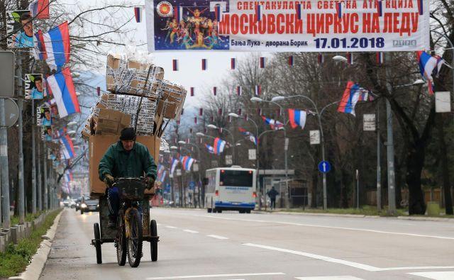 Prizor iz Banjaluke, ki smo mu priča vsakega januarja, ko srbska entiteta praznuje v BiH nepriznani praznik državnosti, razkriva revščino prebivalstva in neskriti ruski vpliv na tem območju. Foto Tomi Lombar/delo