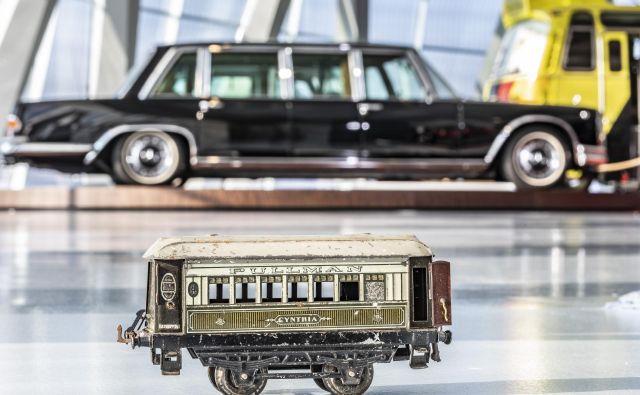 Pullman je bil najprej razkošen vagon vlaka, ime je dobil po možu, ki si ga je zamislil. Nato so bili pullmani dolgi, razkošni mercedesi in so še danes. Mnogi so razstavljeni v Mercedesovem muzeju. FOTO: Daimler
