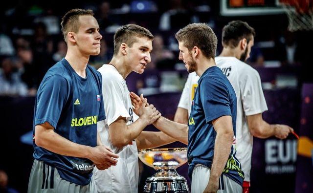 Klemen Prepelič (levo) in Aleksej Nikolić (desno) pred finalom evropskega prvenstva 2017, na katerem je Slovenija ugnala Srbijo in osvojila zlato kolajno. FOTO: FIBA