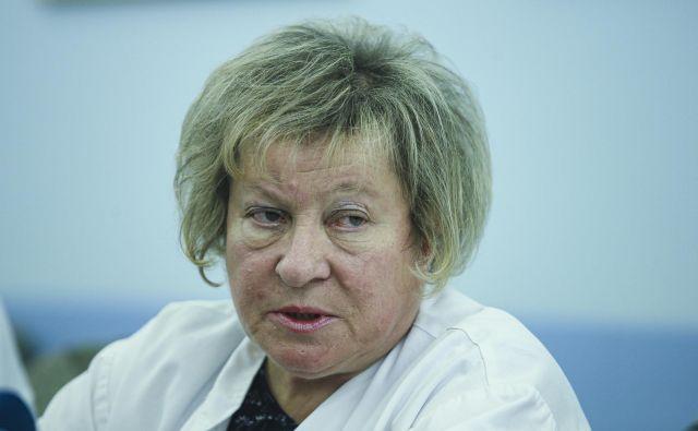 Predstojnica ljubljanske klinike za infekcijske bolezni in vročinska stanja Tatjana Lejko Zupanc je pojasnila, da so v Univerzitetnem kliničnem centru (UKC) Ljubljana izvedli obširno izobraževanje zdravstvenih delavcev, imajo pa tudi ustrezen načrt, ki je po njenih besedah dobro služil v času pandemske gripe. FOTO: Jože Suhadolnik/Delo