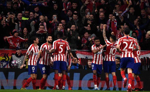 Takole je spravil v dobro voljo navzoče v Madridu strelec gola za Atletico Saul Niguez. FOTO: AFP