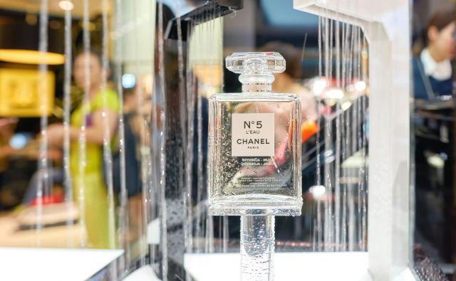 Kot so pred časom zapisali v britanskem Telegraphu, naj bi vsakih 30 sekund prodali stekleničko, a vendarle ta ni povsem enaka, kot bi bila tista s police Coco Chanel. Foto Shutterstock