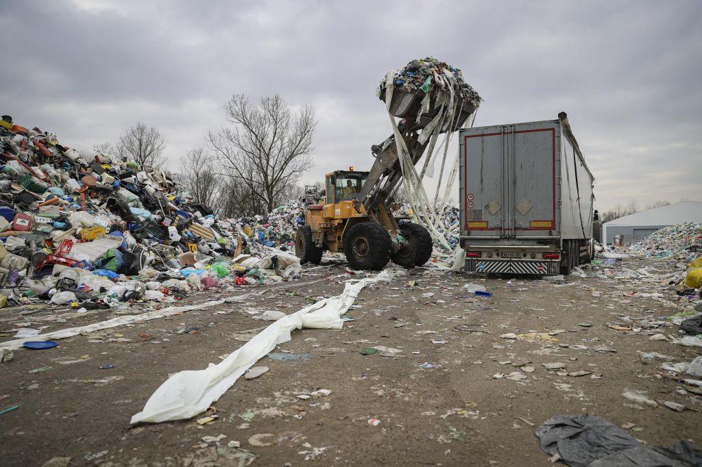 FOTO:Močnejši veter in plastiko bomo dobili pred vrata
