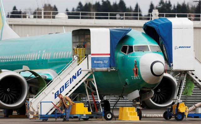 Delavci pregledujejo novo letalo Boeing 737 Max v Boeingovi tovarni v Rentonu v državi Washington. Med takšnimi pregledi so odkrili smeti v rezervoarjih. FOTO: Lindsey Wasson/Reuters