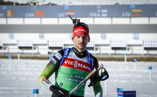 Tik pod stopničkami je končal najboljši slovenski tekmovalec Jakov Fak, ki je zgrešil enkrat. FOTO: Matej Družnik/Delo