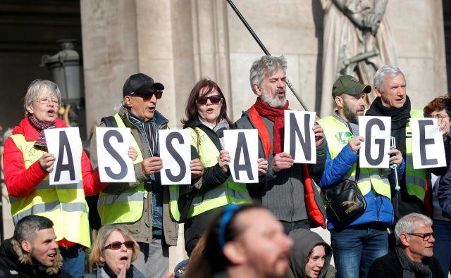 Protestniki v Parizu zahtevajo osvoboditev Juliana Assangea. Foto Reuters