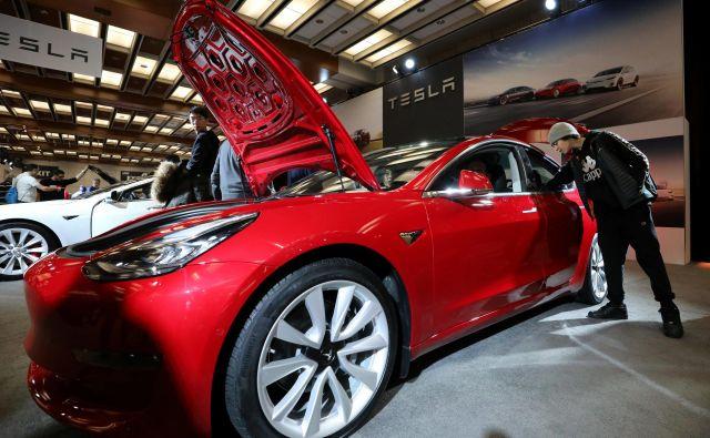 Tesla v svoje modele vgrajuje osrednjo krmilno enoto, ki bo v prihodnosti omogočala avtonomno vožnjo. FOTO: Chris Helgren/ Reuters