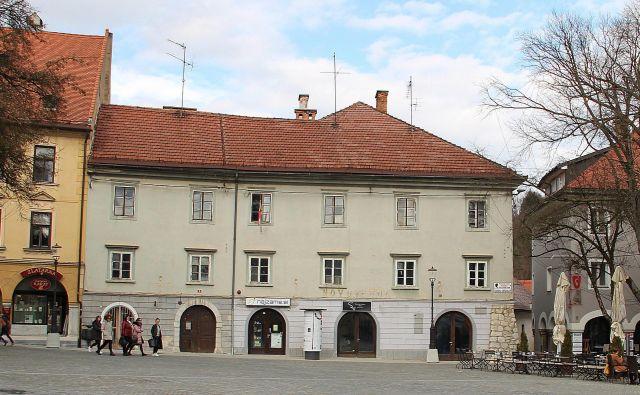 Spomeniško zaščitena stavba na Glavnem trgu 2, kjer bodo uredili stanovanja. Foto Simona Fajfar