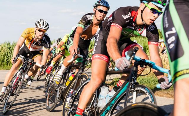 Poletovci pravimo, da je najbolje kolesariti v skupinicah po šest kolesarjev, ki vozijo drug za drugim, torej v gosjem redu.Foto: Shutterstock
