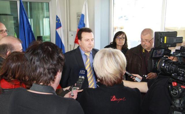 Kriminalist France Božičnik na današnji tiskovni konferenci še ni razkril, od kod sta ponesrečenca prinesla italijanski bombi paradajzarici. FOTO: PU Novo Mesto